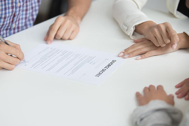 Mis circunstancias económicas han cambiado tras el divorcio. ¿Puedo solicitar una modificación de medidas?